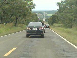 Asfalto esburacado coloca em risco a segurança dos motoristas.  (Foto: reprodução/TV Tem)