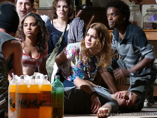 Bandidos debocham da preocupação de Anita com Ben (Foto: Malhação / TV Globo)