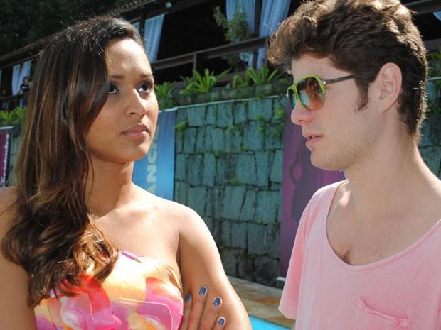 Thaíssa Carvalho faz jogo duro, assim como Timtim, e Maurício Destri só baba (Foto: Malhação / Tv Globo)