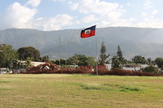 No segundo semestre do ano passado, começaram os trabalhos de demolição do que sobrou do prédio e da limpeza dos restos. O trabalho, coordenado e financiado pela ONG do ator Sean Penn, a J/P HRO, foi concluído em dezembro. Agora só a bandeira do Haiti lem (Foto: Renato Machado/G1)