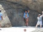Tati Quebra Barraco faz ensaio de biquíni em praia carioca