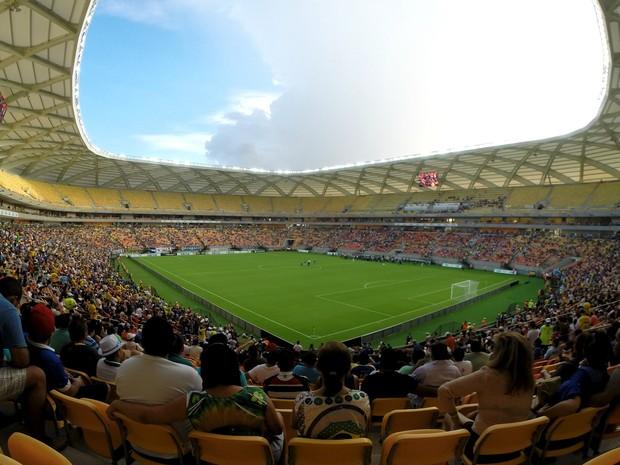 Torcedores ocupam os 20 mil lugares do anel inferior da Arena da Amazônia, no jogo de estreia do novo estádio de Manaus (Foto: Marina Souza/G1 AM)