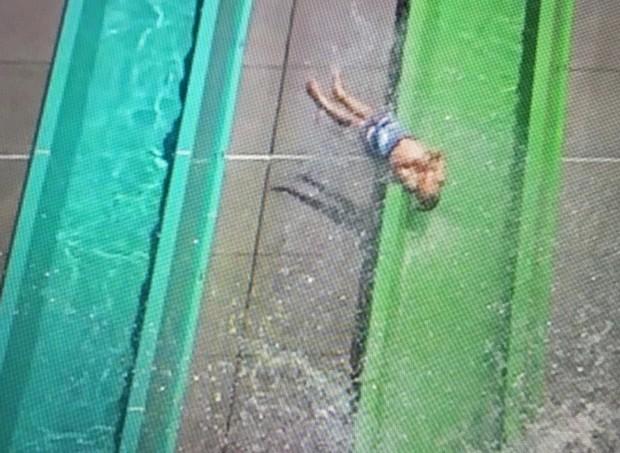 Menino cai de toboágua em parque novo na Califórnia (Foto: Reprodução/Youtube)