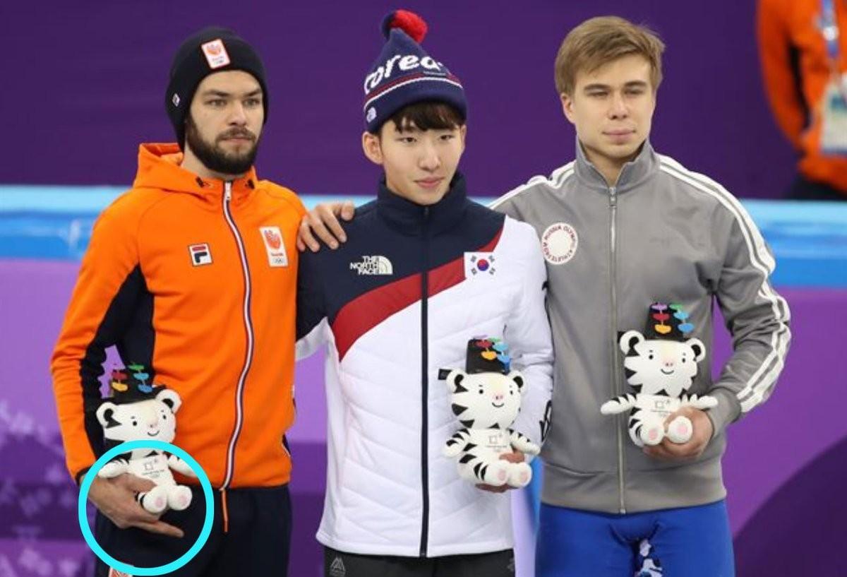 O patinador holandês Sjinkie Knegt  com o dedo do meio supostamente levantado no pódio das Olimpíadas de Inverno (Foto: Reprodução)