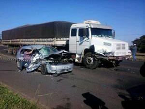 Caminhão atingiu lateral do veículo de passeio (Foto: Leandro Moreira/Divulgação)