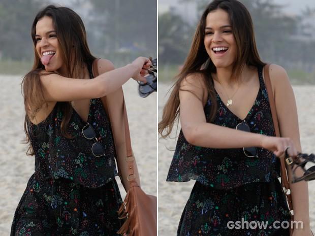 Bruna Marquezine se diverte durante as gravações de 'Em Família' (Foto: Fábio Rocha/TV Globo)