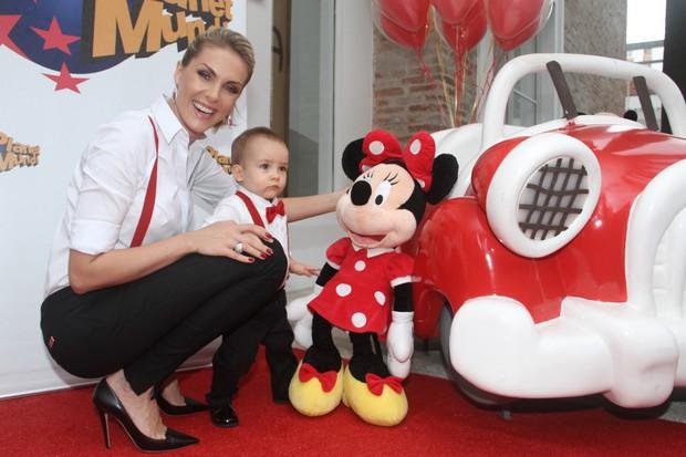 06b217f13474a Ana Hickmann e Alexandre na festa de 1 ano do menino (Foto  Manuela Scarpa