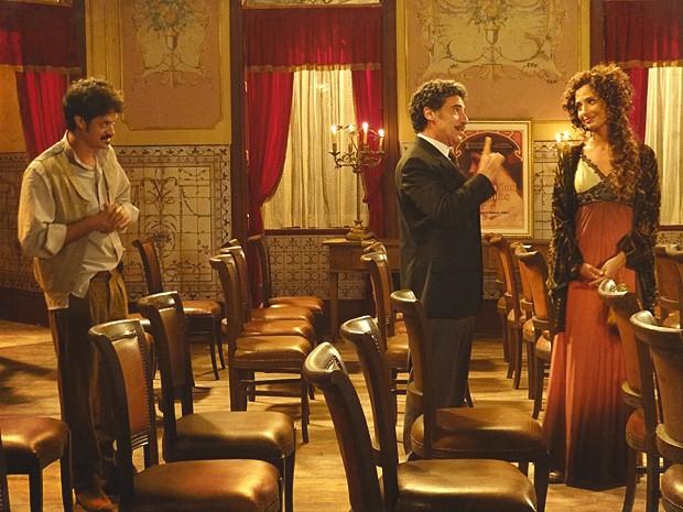 Mário quer salvar o teatro com espetáculo de Isabel (Foto: Lado a Lado / TV Globo)