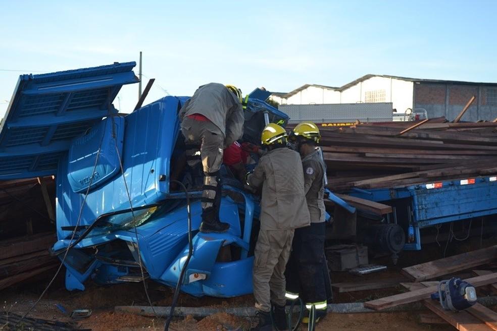 Bombeiros resgataram corpo preso às ferragens (Foto: Gleitowney Miranda/Blog do Pessoa)