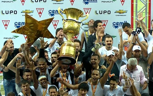 Réver levanta a taça de campeão mineiro do Atlético-MG (Foto: Reprodução TV Globo Minas)