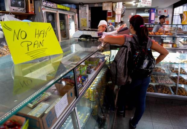 Placa em padaria na Venezuela avisa que não há pão  (Foto: Reprodução/Facebook)
