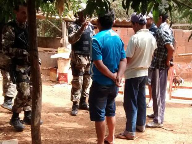 Suspeitos detidos por treinarem galos para rinhas (Foto: Polícia Ambiental/Reprodução)