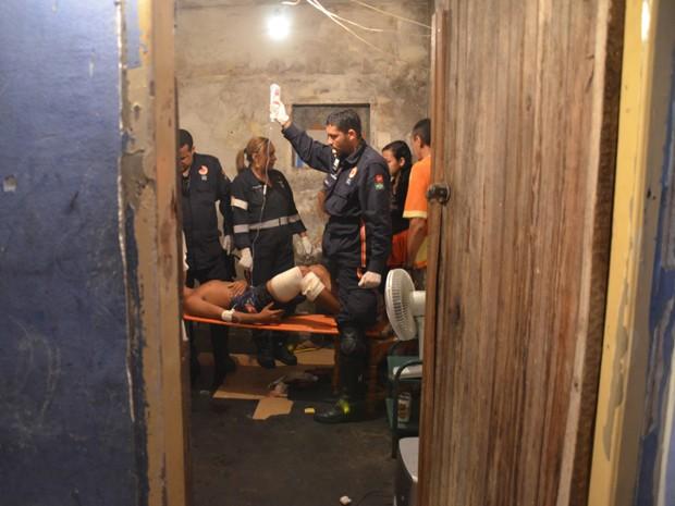 Equipe do Samu prestou os primeiros socorros na casa do garoto (Foto: Walter Paparazzo/G1)