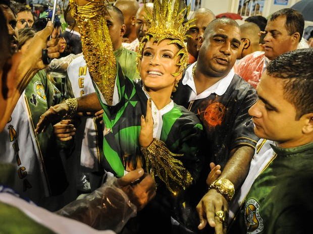 Claudia Leitte se prepara para entrar na Sapucaí como Rainha de Bateria da Mocidade  (Foto: Alexandre Durão/G1)