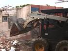 Prédio de escola estadual que foi incendiada é demolido, em Goiânia