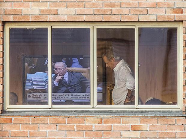 O ex-ministro da Casa Civil José Dirceu, vê sessão do STF na tarde desta quinta-feira (12). Com placar empatado em 5 a 5, o Supremo Tribunal Federal (STF) adiou para a semana que vem a decisão sobre a admissibilidade dos chamados embargos infringentes, qu (Foto: Marlene Bergamo/Folhapress)
