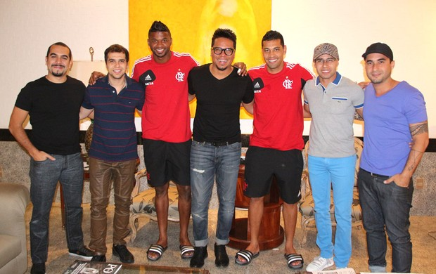 Grupo Sorriso Maroto visita André Santos e Felipe na concentração do Flamengo em Brasília (Foto: Vitor Branco/Sorriso Maroto)