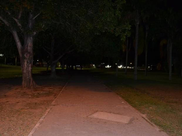Caminho que dá acesso à biblioteca e CCJE; foto tirada às 20:30, em 20/04 (Foto: Viviane Machado/ G1)