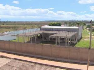 Obra do complexo educacional de Aparecida está parada há cinco anos (Foto: Reprodução/ TV Vanguarda)