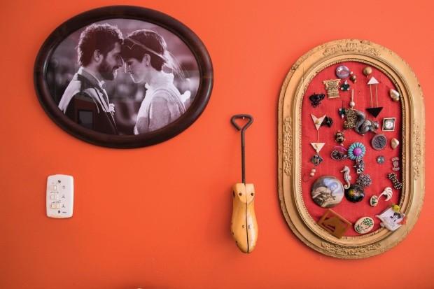 Detalhes. Da esquerda para a direita, o retrato de casamento de Marko e Teka na Croácia, uma antiga forma de sapato que era do avô da moradora e uma coleção de broches diversos (Foto: Lufe Gomes / Editora Globo)