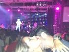 Ex-BBBs Adriana e Rodrigão namoram em show no Espírito Santo