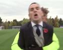 David Luiz quase derruba repórter da Chelsea TV; assista