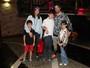 Marcos Mion vai com a mulher, Suzana Gullo, e os filhos ao teatro