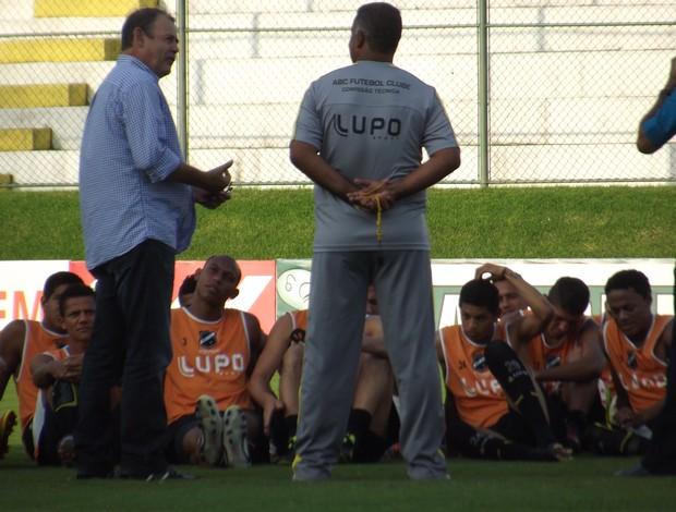 Humorista Zé Lezin participa de preleção do ABC (Foto: Matheus Magalhães/GLOBOESPORTE.COM)