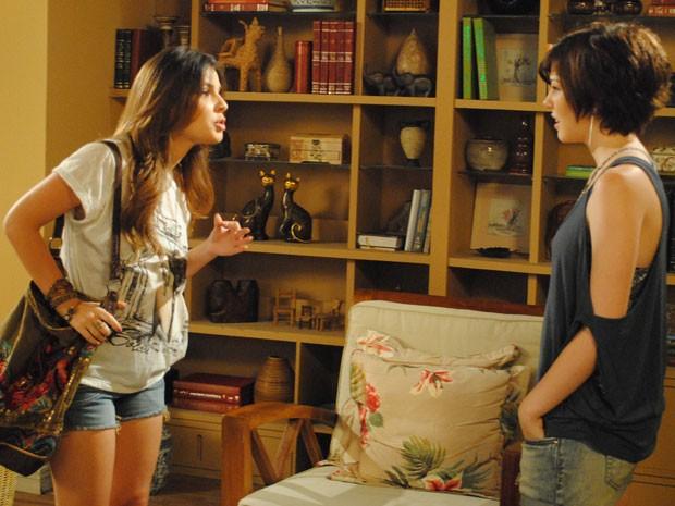 Cristal procura Alexia para dizer que Gabriel corre perigo (Foto: Divulgação/TV Globo)