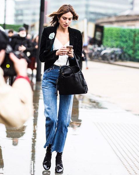 Alexa Chung com o jeans-desejo da marca (Foto: Instagram/Reprodução)