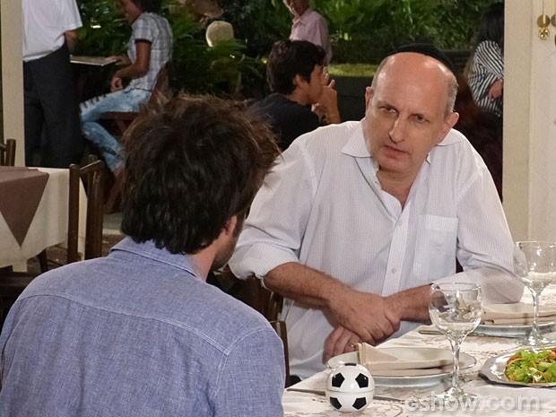 Olha a cara de Isaac quando descobre sobre a doença de Martin (Foto: Malhação/ TV Globo)