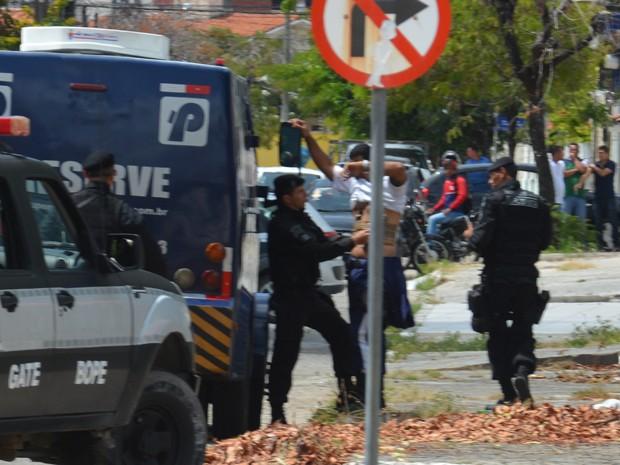 Polícia retirou artefatos suspeitos de serem explosivos do colete usado pelo motorista de carro forte em João Pessoa (Foto: Walter Paparazzo/G1)
