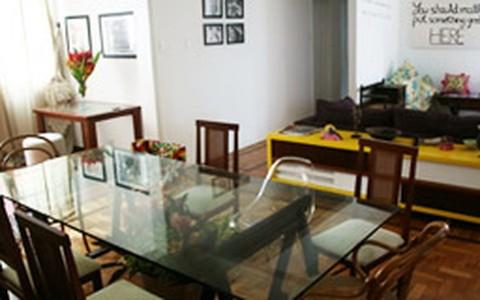 Mistura de peças modernas e antigas integram decoração de sala e cozinha