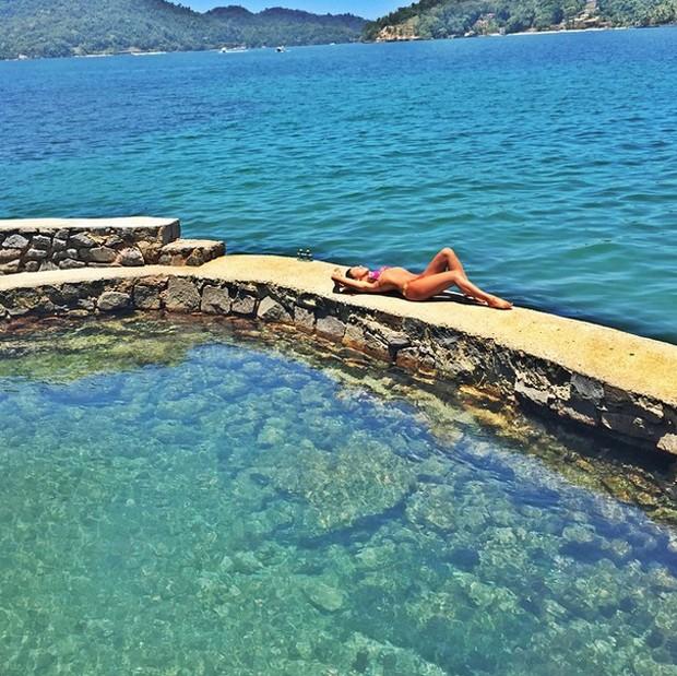 Mariana Rios posta foto deitada à beira mar