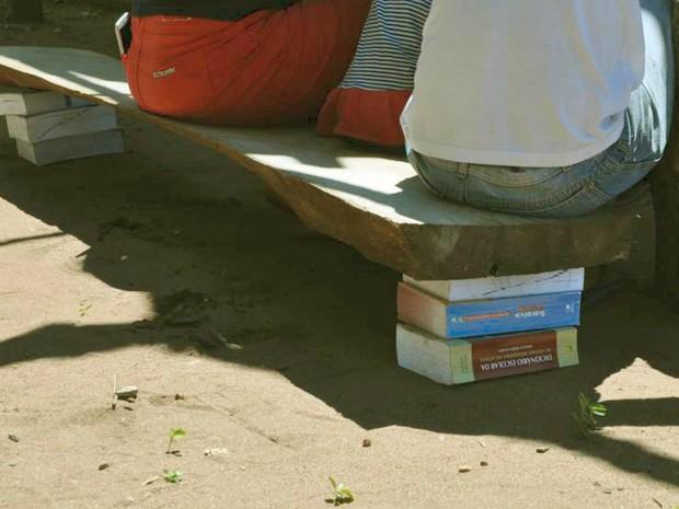 Banco de escola indígena apoiado com livros (Foto: MPF/Divulgação)