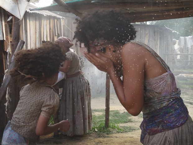 Madá joga terra na cara de Berenice e foge (Foto: Lado a Lado/TV Globo)