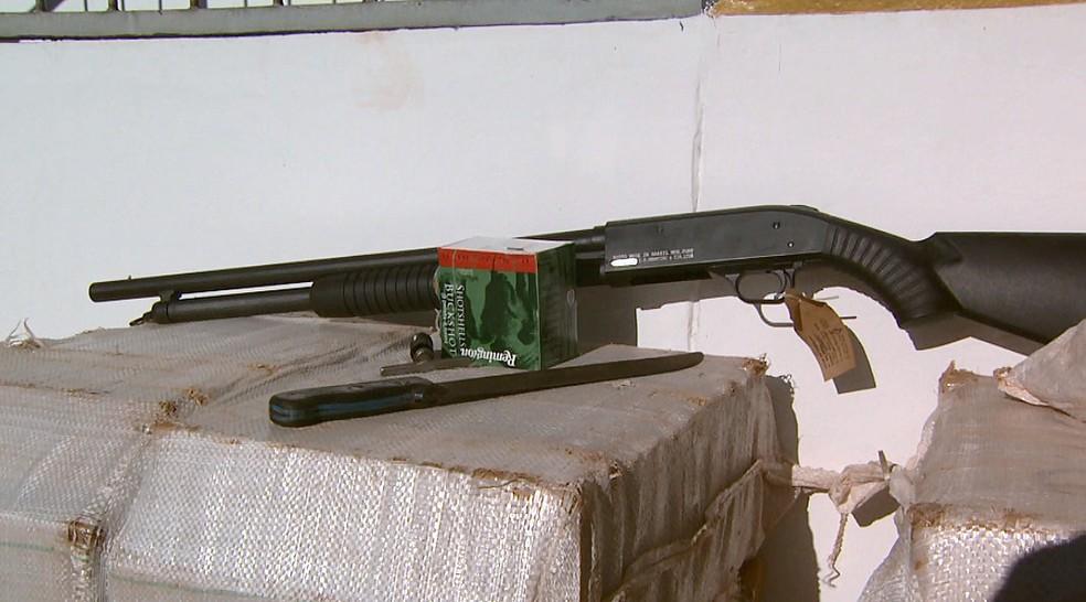 Armas apreendidas junto com a droga no caminhão (Foto: Marlon Tavoni/EPTV)