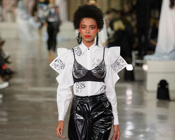 Usar o sutiã por cima da blusa é uma forma de variar o look (Foto: Imaxtree)
