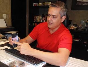Beto Santos - conselheiro América-RN leilão camisas (Foto: Klênyo Galvão)