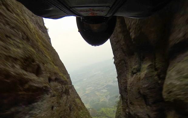 Jeb Corliss durante o salto de wingsuit na China (Foto: Reprodução / Facebook)