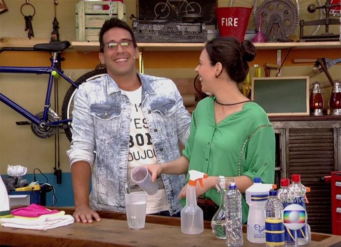 André Marques mostra como economizar na limpeza da casa (Foto: TV Globo)