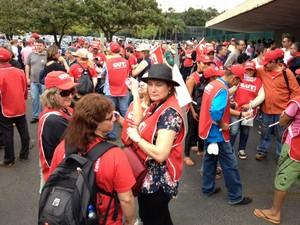 Manifestantes da CUT protestam na entrada da Câmara contra projeto da terceirização (Foto: Fabiano Costa/G1)