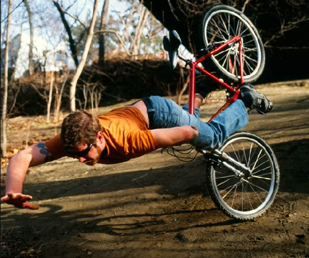 Kerry levando um tombo de uma bicicleta (Foto: Kerry Skarbakka/Divulgação)