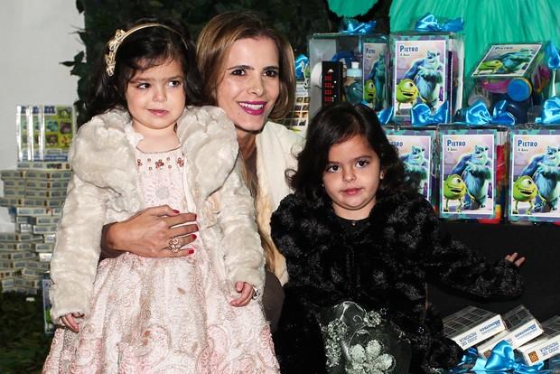 Flavia Camargo com as filhas Isabella e Helena (Foto: Manuela Scarpa e Marcos Ribas/Foto Rio News)