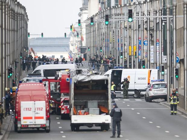 Polícia belga presta atendimento na Rue de la Loi, que foi evacuada após explosão na estação de metrô Maelbeek, em Bruxelas (Foto: Laurie Dieffembacq/Belga/AFP)