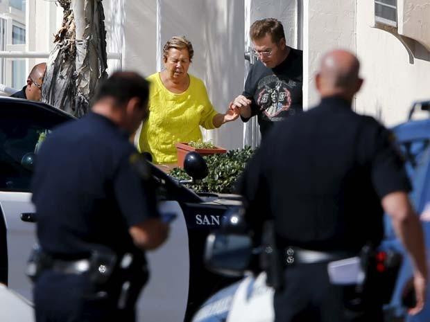 Polícia retira moradores de suas casas em San Diego devido à situação de homem armado com rifle nesta quarta-feira (4) (Foto:  REUTERS/Mike Blake)
