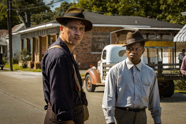 Garrett Hedlund and Jason Mitchell appear in <i>Mudbound</i> by Dee Rees, an official selection of the Premieres program at the 2017 Sundance Film Festival. Courtesy of Sundance Institute |photo by Steve Dietl. (Foto: Divulgação)