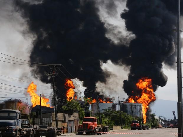 Nese sábado (4), um sexto tanque foi atingido pelas chamas, dois já extinguiram chamas (Foto: Sérgio Furtado/G1)