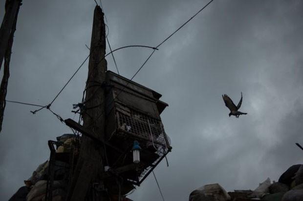 Na periferia, a falta de recursos é evidente, como nesta imagem do bairro de Tondo, em Manila (Foto: BBC/Carlos Gabuco)