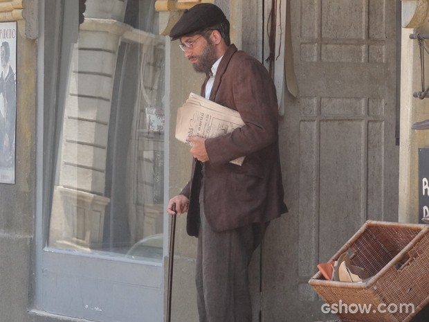 Ex-vendedor ficar irreconhecível disfarçado de velho (Foto: Joia Rara/TV Globo)